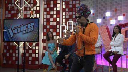 Carlinhos Brown se apresenta na coletiva do 'The Voice Kids'