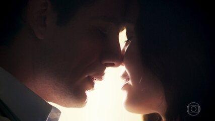 No passado, Cris/Julia (Vitória Strada) se entrega para Danilo (Rafael Cardoso), em 'Espelho da Vida'
