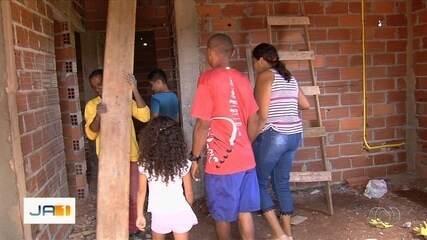 Estudantes fazem vaquinha para família que vivia em barraco de lona