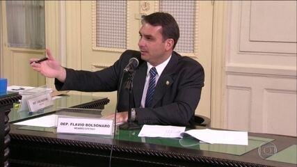 Flávio Bolsonaro dá versões diferentes sobre ex-assessor