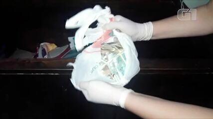 Vídeo mostra policiais encontrando dinheiro dentro da casa de João de Deus