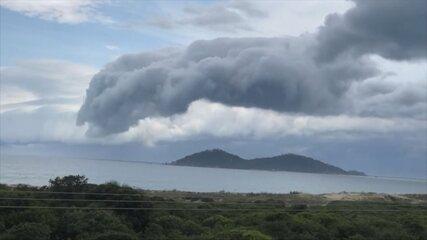 Vídeo mostra nuvem carregada passando por Florianópolis
