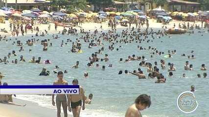Turistas aproveitam primeiro sábado do verão na praia