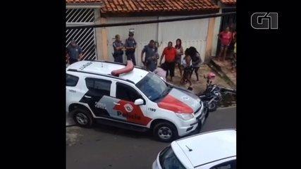 Mãe se desespera ao ver filho baleado pela PM em Sorocaba