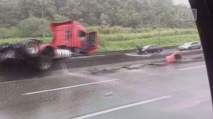 Caminhão invade mureta central da Rodovia Cônego Domênico Rangoni