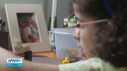 Com desenhos e objetos, casal se comunica com filha autista e livro mostra resultado