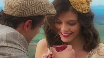 Cris (Vitória Julia) não consegue evitar sonho com Danilo (Rafael Cardoso), na novela 'Espelho da Vida'