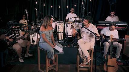 Saulo fala da importância do trabalho coletivo com a banda; ele canta 'Não Precisa Mudar'