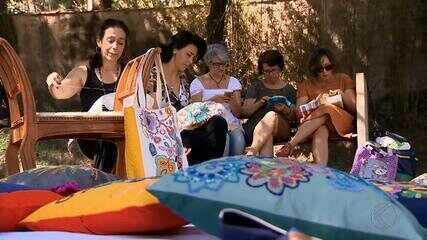 Grupo de bordadeiras escolhe museu em Juiz de Fora para praticar essa arte centenária