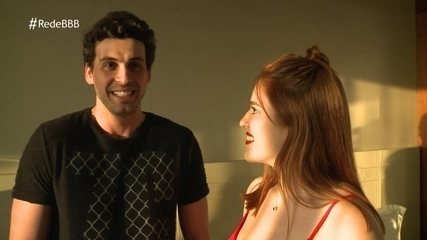 Maycon conta para Ana Clara que é extrovertido e engraçado, mas muito competitivo