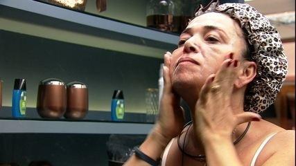 Tereza lava o rosto no banheiro