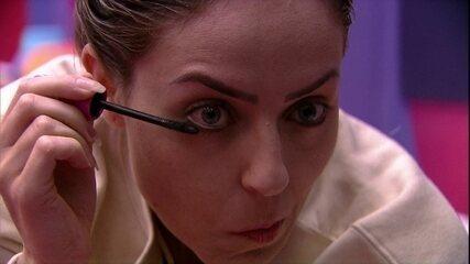 Paula passa máscara de cílios após acordar