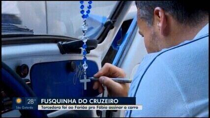 Goleiro Fábio autografa fusca e realiza sonho de torcedora do Cruzeiro em Divinópolis