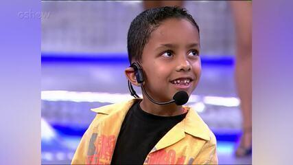 Whadi Gama canta música autoral sobre o Pato, no palco do 'Domingão'