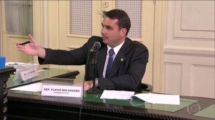 PMs alvos de operação já foram homenageados por Flávio Bolsonaro