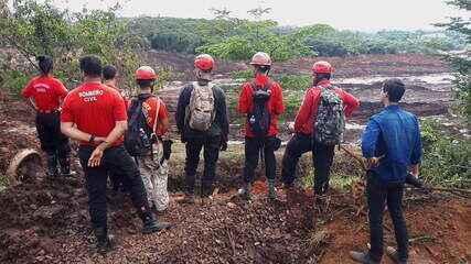 Repórteres mostram dificuldades do resgate na área coberta por lama