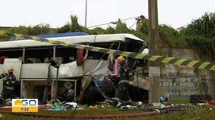 PRF fala sobre acidente em que ônibus caiu de viaduto e matou duas pessoas, em Goiânia