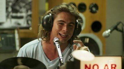 João (Rafael Vitti) apresenta programa na rádio