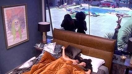 Rízia e Gabriela cantam para acordar Hana no Quarto do Líder