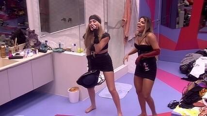 Paula e Hariany dançam na sala da casa