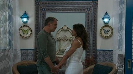 Herculano (Humberto Martins) se declara para Janaína (Dira Paes), em 'Verão 90'