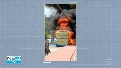 Ônibus pega fogo e interdita pista no Recife
