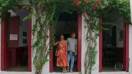 João (Rafel Vitti) é puro amor com a mãe, Janaína (Dira Paes)