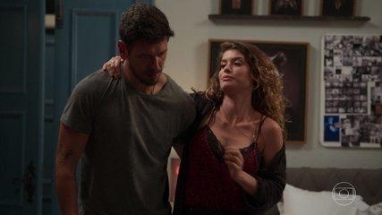 Isabel percebe a chegada de Alain e finge precisar da ajuda dele