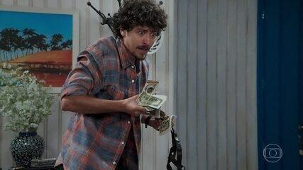 Jerônimo (Jesuíta Barbosa) rouba joias e dinheiro de Celestine (Bel Kutner)