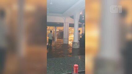 Food Truck é carregado por enchente na Barra da Tijuca