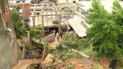 Moradores da Rocinha passam o dia tirando lama das casas