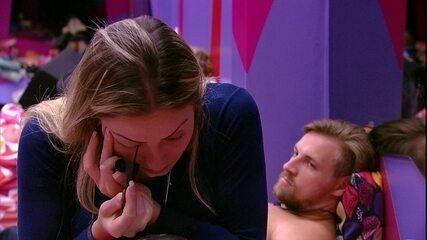 Paula conversa com Diego no Quarto Diamante