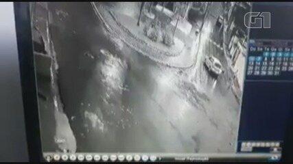 Carro atropela cachorro em Registro, SP