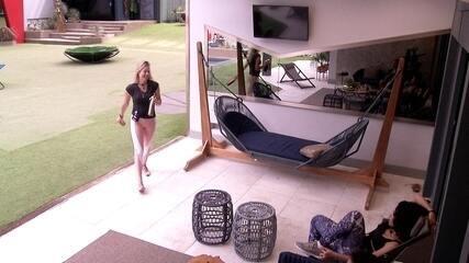 Isabella chama Elana para fazer exercícios