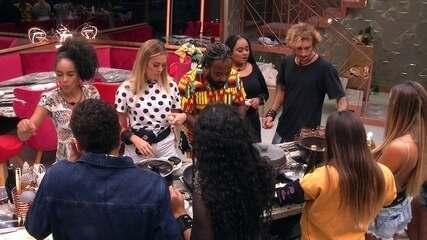Grupos acorrentados se reúnem na cozinha para comer