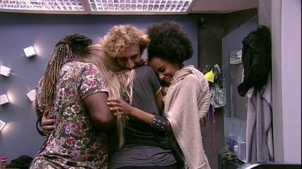 Após troca de elogios, brothers dão abraço coletivo no banheiro