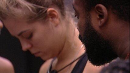 Rízia troca de roupa e Rodrigo alerta: 'Se puxar assim, eu vou ficar pelado'