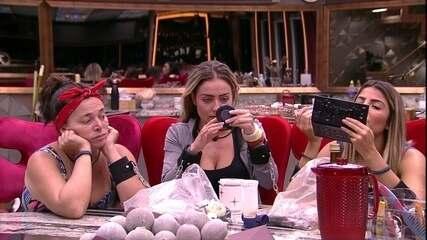 Paula, Hariany, Carolina e Elana se maquiam na cozinha