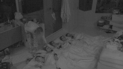 Acorrentados deitam no chão e Isabella deita na cama no Quarto Diamante