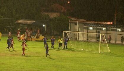 Bola passa por fora da rede, e Neguinho Paraíba comemora gol
