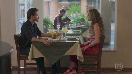 Jerônimo (Jesuíta Barbosa) fala mal de João (Rafael Vitti) para Manuzita (Isabelle Drummond)