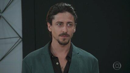 Mercedes (Totia Meireles) apresenta Jerônimo (Jesuíta Barbosa) como diretor de programação da PopTV