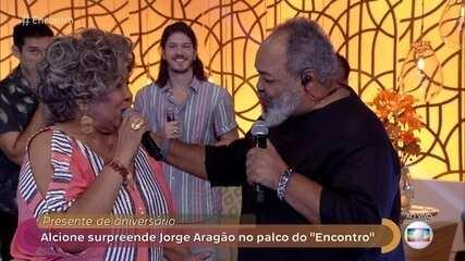 Alcione surpreende Jorge Aragão no palco do 'Encontro'