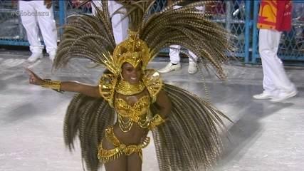 Erika Januza esbanja beleza e alegria no desfile da Grande Rio