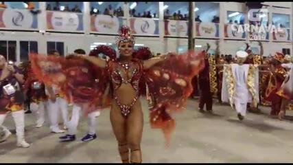 Rainha da bateria do Salgueiro, Viviane Araújo entra na avenida para desfilar