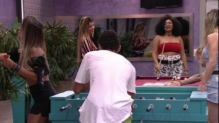 Rízia brinca com Paula sobre jogo de futebol de mesa: 'Ela ganha na força do grito'