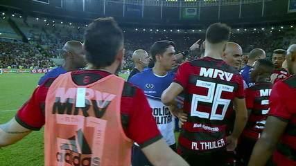 Jogadores do Flamengo partem para cima de árbitro e Bruno Henrique recebe o vermelho