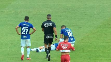 Thiago Neves sente dores e cai no gramado, aos 34' do 1º T