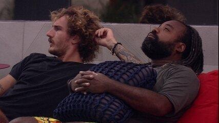 Alan e Rodrigo ficam em silêncio na varanda