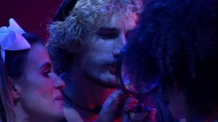 Carolina observa beijo 'fake' de Gabriela e Alan